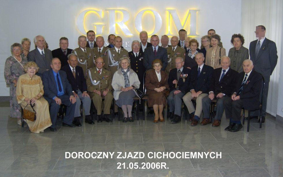 Doroczny Zjazd Cichociemnych w2006 r. Takie spotkania Cichociemnych orazich rodzin zżołnierzami GROM-u organizowane są odpołowy lat 90.