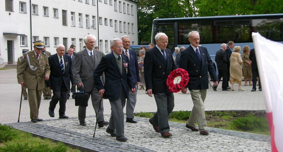2006 r. Cichociemny składają kwiaty pod pomnikiem upamiętniającym Skoczków Spadochronowych AK, który znajduje się na terenie koszar GROM-u.