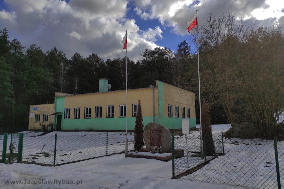 Miejsce pamięci zobeliskiem odsłoniętym w2017 r. zinicjatywy mieszkańców Łepek Starych.