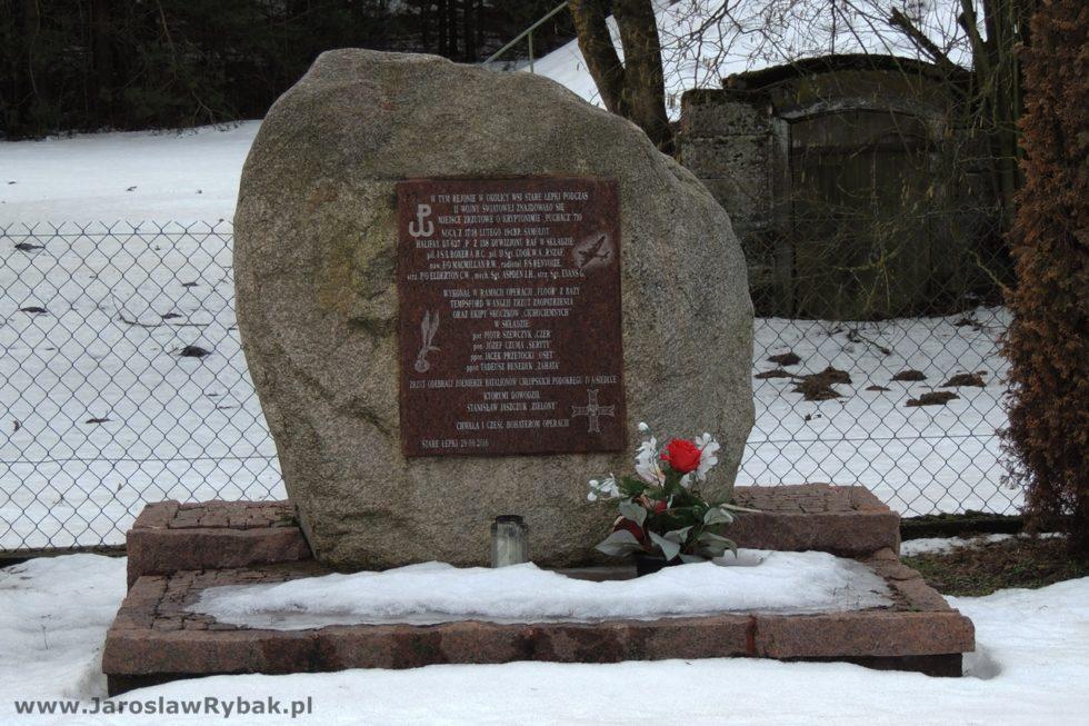 Obelisk ustawiono naprzeciw szkoły.