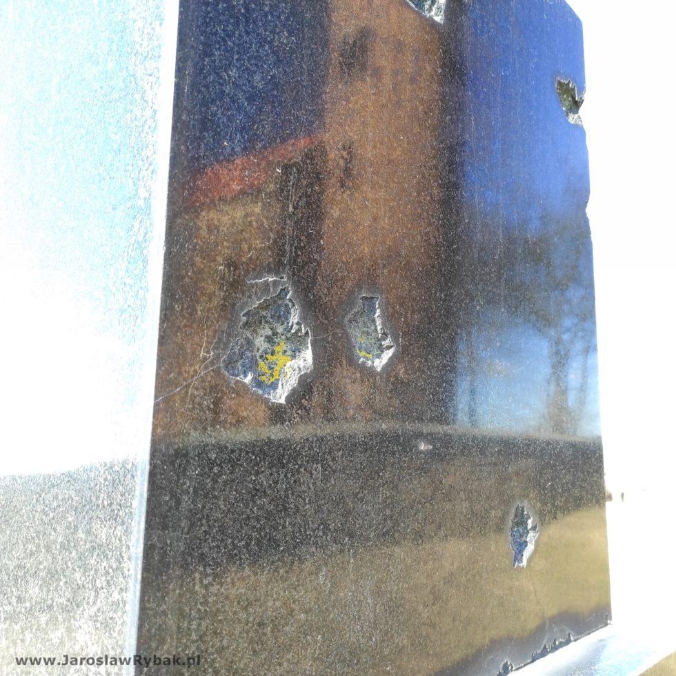Ślady pokulach nakrzyżu wykonanym zczarnego marmuru.