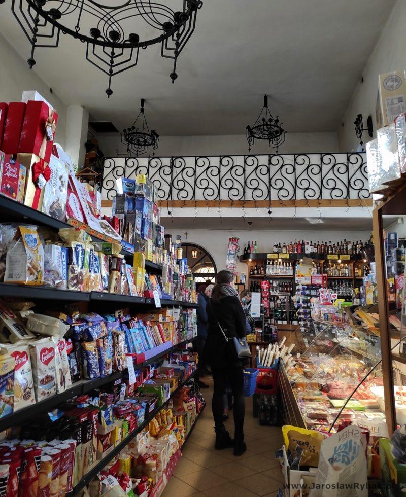 Dawny babiniec napiętrze obecnie jest zapleczem dla obsługi sklepu.