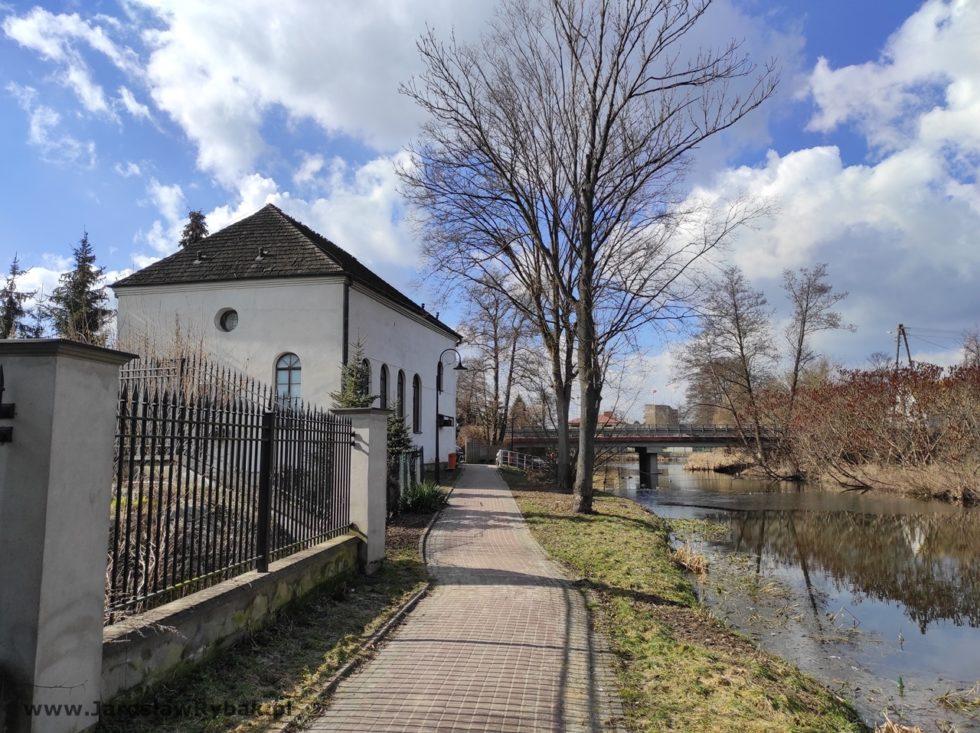 Synagoga znajduje się nadurokliwym kanałem.