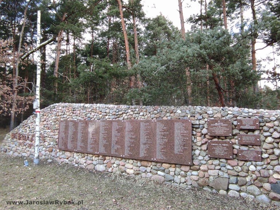 Mur ztablicami upamiętniającymi Hubalczyków.
