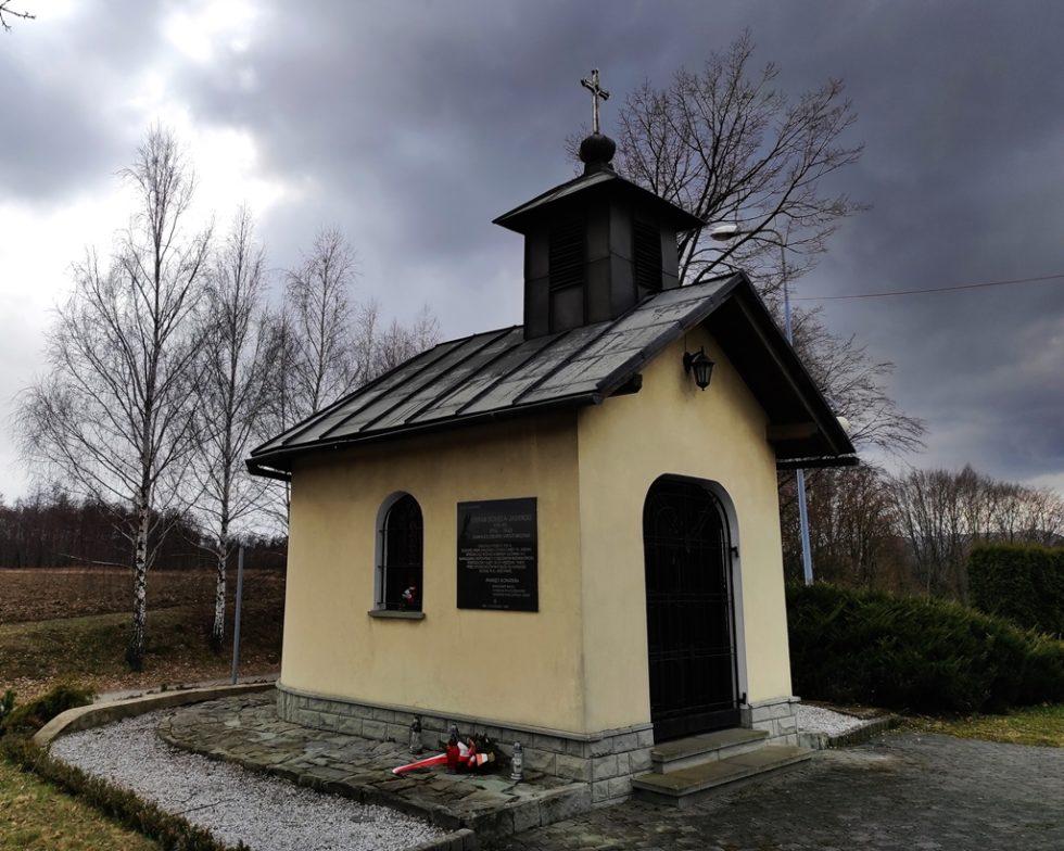 W 2000 r. nakapliczce wMalcu zawisła tablica poświęcona Cichociemnemu Stefanowi Jasieńskiemu.
