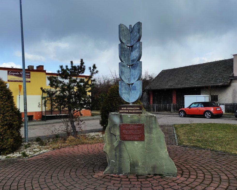 Pomnik wcentrum Malca przypomina, żezawojenne męstwo mieszkańców wieś odznaczono Krzyżem Walecznym.