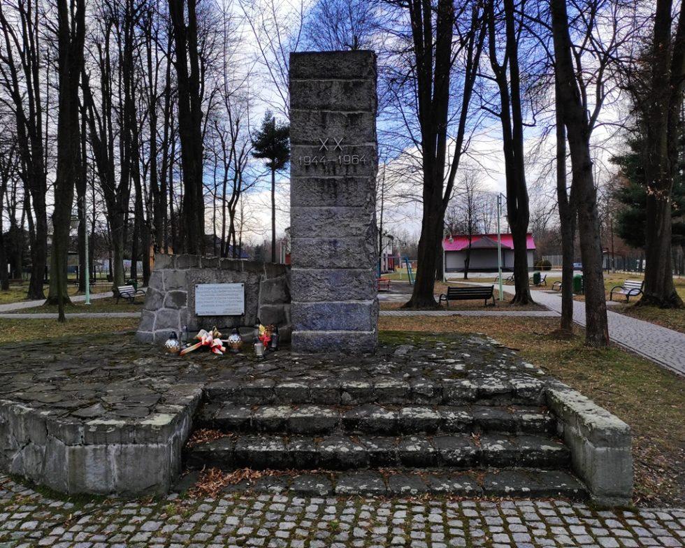 Postument upamiętniający lokalnego bohatera – żołnierza Batalionów Chłopskich, któryzginął niosąc pomoc więźniom KL Auschwitz-Birkenau.