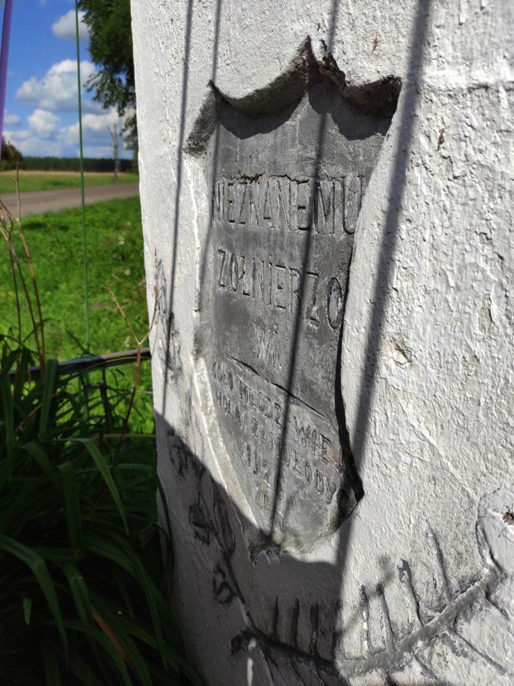 Kapliczka przesłania napis napomniku.